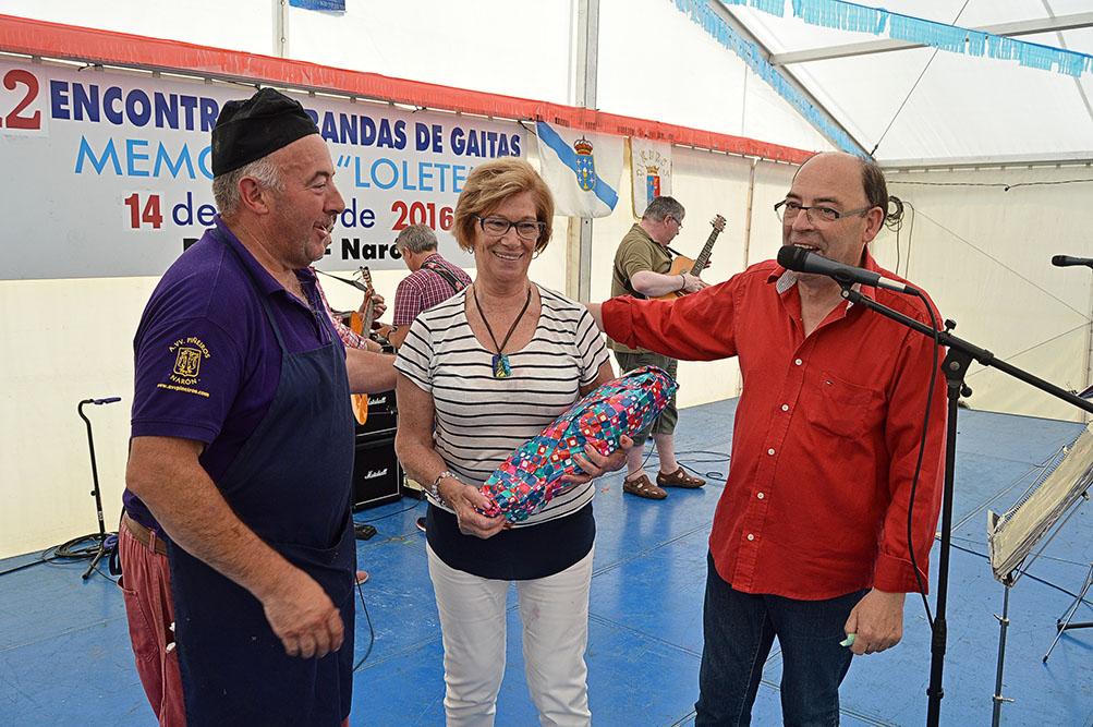 Foto: A.VV. de Piñeiros. La ganadora del sorteo de un jamón.